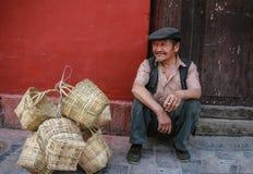 Der alte Mann, der Bambuskörbe in der Straße im ludin, Sichuan, Porzellan verkauft Stockbilder
