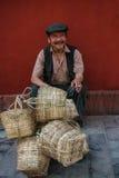 Der alte Mann, der Bambuskörbe in der Straße im ludin, Sichuan, Porzellan verkauft Lizenzfreies Stockfoto