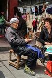 Der alte Mann, der Geld in yuantong Stadt, insichuan, Porzellan zählt Lizenzfreie Stockfotografie