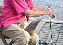 Der alte Mann, der Musik sah spielt an Hand Lizenzfreies Stockbild