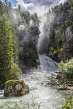 Der alte Mann des Holzes und der Wasserfälle auf den italienischen Alpen Lizenzfreie Stockfotos
