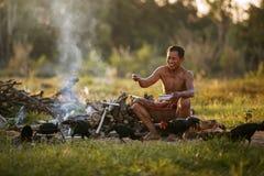 Der alte Mann im Land, zum der Hühner bei nahem Sonnenuntergang einzuziehen Stockfoto