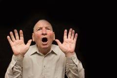 Der alte Mann mit Gefühlen auf einem dunklen Hintergrund Stockfotos