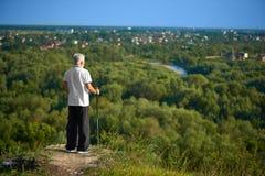 Der alte Mann, der schönes panorame aufpasst aufzuspüren zu halten, haftet Stockfotos