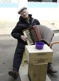 Der alte Mann spielt das Akkordeon. Stockbilder
