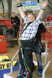 Der alte Mann springt Schwalbenart von 69 Metern Höhe in Stockbild