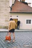 Der alte Mann und das Mädchen überprüfen die Post: Das Mädchen im Telefon, der alte Mann im Briefkasten Stockfotos
