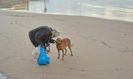 Der alte Mann und das Meer Und der Hund Lizenzfreie Stockfotos