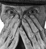 Der alte Mann und seine Hände Stockbild