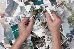 Der alte Mann zerreißt die alten Fotografien in Stückchen zu Stockfotos