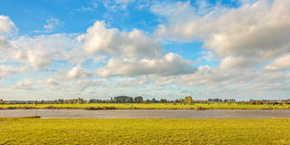 Der alte niederländische Fluss IJssel nahe Zutphen Lizenzfreie Stockfotos