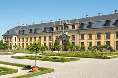 Der alte Palast von Herrenhausen arbeitet, Hannover, Deutschland im Garten Lizenzfreie Stockfotografie