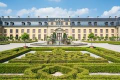 Der alte Palast von Herrenhausen arbeitet, Hannover, Deutschland im Garten Lizenzfreie Stockbilder