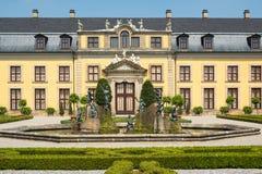 Der alte Palast von Herrenhausen arbeitet, Hannover, Deutschland im Garten Lizenzfreies Stockfoto