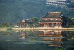 Der alte Pavillion durch den See Stockfoto