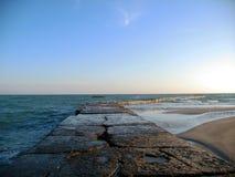 Der alte Pier, der im Abstand verlässt Stockbild