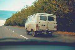 Der alte Raritätspackwagen ist auf der Straße Lizenzfreie Stockfotografie