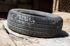 Der alte Reifen vom Auto a Stockfoto