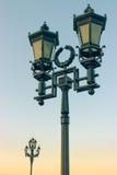 Der alte Retro- Laternenpfahl und der schöne blaue Himmel Stockfotografie