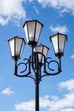 Der alte Retro- Laternenpfahl und der schöne weiße und blaue Himmel Lizenzfreie Stockfotos