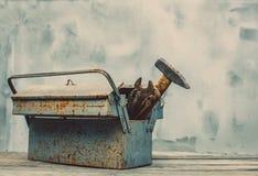 Der alte rostige Eisenkasten gefaltet, benutzte Werkzeuge Stockfotos
