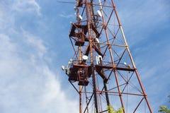 Der alte rostige Radioturm auf einem Hintergrund des blauen Himmels Lizenzfreie Stockfotos