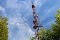 Der alte rostige Radioturm auf einem Hintergrund des blauen Himmels Stockbild