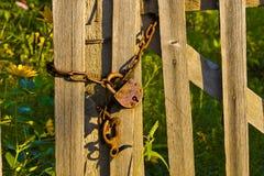 Der alte rostige Verschluss auf einem Zaun Stockfotografie