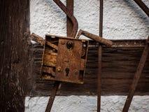 Der alte rostige Verschluss auf Wand des Bauernhauses Lizenzfreie Stockfotos