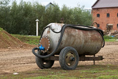 Der alte rostige Wasserbehälter Lizenzfreie Stockfotografie