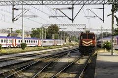 Der alte rote sich fortbewegende benzinbetriebene Zug parkte in Bahnhof Izmirs Alsancak Lizenzfreies Stockbild
