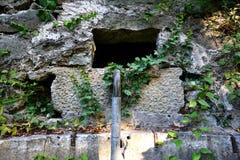 Der alte ruinierte Brunnen Lizenzfreie Stockfotografie