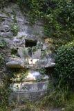 Der alte ruinierte Brunnen Stockfoto