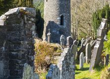 Der alte runde Turm im Kirchhof am historischen klösterlichen Standort Glendalough in der Grafschaft Wicklow in Irland Lizenzfreie Stockfotos