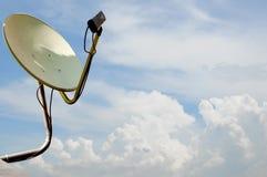 Der alte Satellitenschüssel-blaue Himmel Lizenzfreie Stockfotos