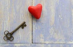 Der alte Schlüssel und das Herz auf dem Tisch Lizenzfreies Stockbild