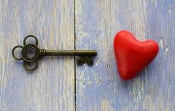 Der alte Schlüssel und das Herz auf dem Tisch Stockfoto