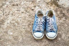 Der alte Schuh auf Boden Stockfotografie