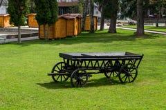 Der alte schwarze hölzerne Lastwagen Stockfoto