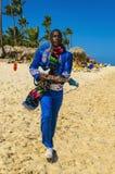 Der alte schwarze Mann kleidete in der typischen karibischen Kleidung singend und spielend an Stockfotos