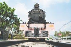 Der alte sich fortbewegende Zug des Zweiten Weltkrieges der Dampfmaschine bei Kanchanaburi, Thailand nahe Fluss Kwai-Brücke Stockbilder