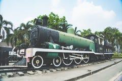 Der alte sich fortbewegende Zug des Zweiten Weltkrieges der Dampfmaschine bei Kanchanaburi, Thailand nahe Fluss Kwai-Brücke Lizenzfreie Stockbilder