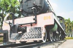 Der alte sich fortbewegende Zug des Zweiten Weltkrieges der Dampfmaschine bei Kanchanaburi, Thailand nahe Fluss Kwai-Brücke Lizenzfreie Stockfotos