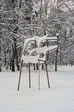 Der alte Sportplatz unter Schnee. Stockbild