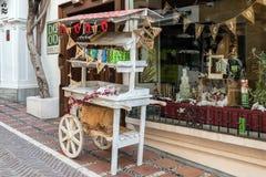 Der alte Stall, der vom alten Warenkorb gemacht wird, bleibt nahen Souvenirladen in der Mitte der Stadt Stockbilder