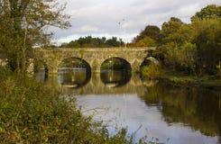 Der alte Stein baute Shaw-` s Brücke über dem Fluss Lagan nah an dem kleinen Mühldorf von Edenderry in Belfast Stockfoto