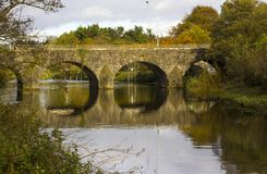 Der alte Stein baute Shaw-` s Brücke über dem Fluss Lagan nah an dem kleinen Mühldorf von Edenderry in Belfast Stockfotografie