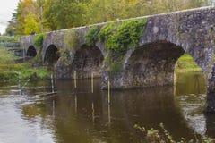 Der alte Stein baute Shaw-` s Brücke über dem Fluss Lagan nah an dem kleinen Mühldorf von Edenderry in Nordirland Stockfoto