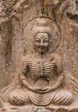 Der alte Stein, der für Buddha-Statue schnitzt Lizenzfreie Stockfotografie