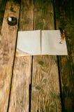 Der alte Studioverfasser auf einem hölzernen Hintergrund Stockbild
